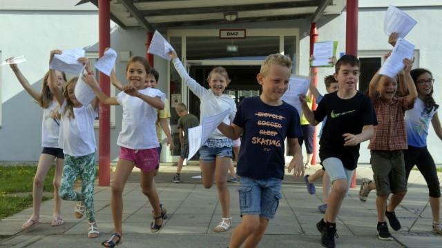 Nachhilfe in den Ferien gefragt wie nie: Hurra, Zeugnisse! Und endlich Ferien - wie hier an der Erich-Kästner-Mittelschule in Höhenkirchen. Doch die große Freiheit bedeuten die kommenden sechs Wochen für immer weniger Schüler.