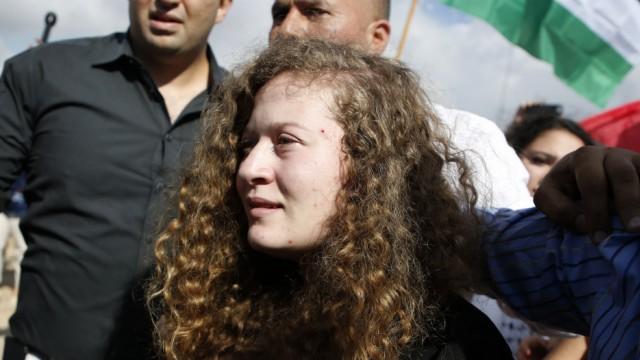 Nahost: Von Palästinensern bejubelt: Ahed Tamimi bei ihrer Freilassung.