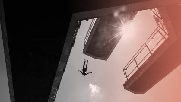 Hitze in Deutschland - Ein Mann springt Zehn-Meter-Turm