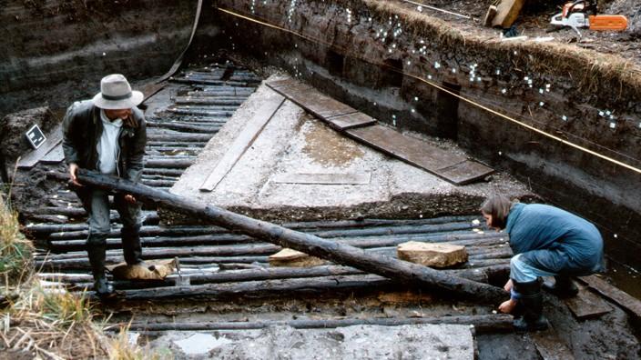 Geschichte: Die Rundhölzer der Römerstraße im Murnauer Moos sind durch die Feuchtigkeit im Boden einwandfrei konserviert worden.