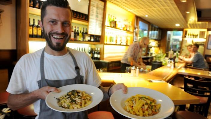 Grappolo: Zwei der Nudelgerichte, die Teller für Teller frisch zubereitet werden. Im Inneren des Lokals geht es abends immer recht eng zu.