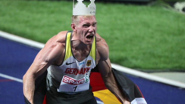 Arthur Abele feiert sein Gold im Zehnkampf bei der Leichtathletik-Europameisterschaft 2108 in Berlin