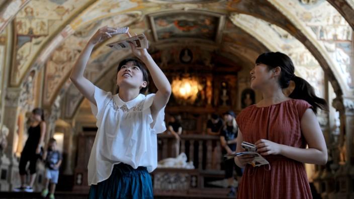 Tourismus: Diese Touristen vergnügen sich im Residenz-Museum.