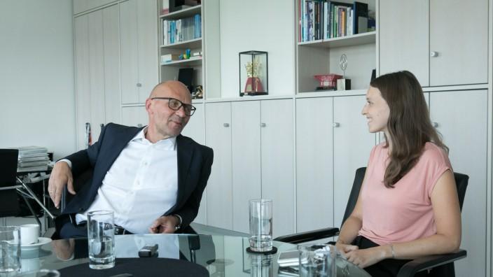 Klaus Dittrich (Vorstand Messe Riem) und Gloria Volkheimer (seine Tandempartnerin). Doppelinterview zum Thema Reverse Mentoring im Messehaus. Sie zeigt ihm den Umgang mit sozialen Medien und Netzwerken.