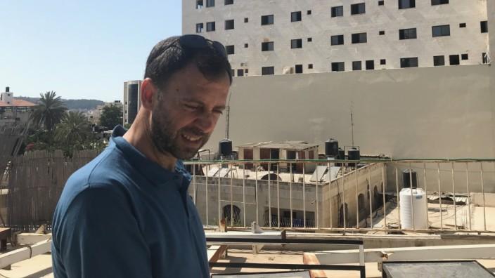 """Geschichte eines Films: Fakhri Hamad vor dem neuen Einkaufszentrum. Dort stand früher das """"Cinema Jenin"""", das von Deutschen aufgebaute Kulturzentrum."""