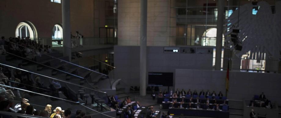Besucher verfolgen auf der Besuchertrebuehne die 44 Sitzung des Bundestages in Berlin 03 07 2018