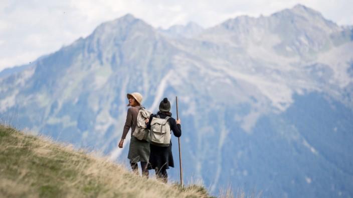 Schauspieler stellen die Flucht über die Berge nach.