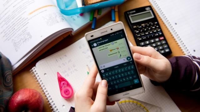 Runder Tisch zur Handy Nutzung an Schulen | BR24