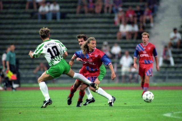 Alain Sutter FC Bayern München gegen Andreas Herzog und Mirko Votava beide SV Werder Bremen; Alain Sutter
