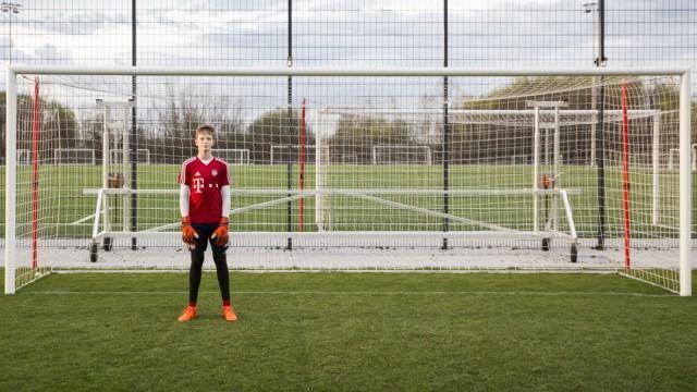 Buch Zwei: Fussballnachwuchs beim FCB, Portrait von Tom Ritzy Hülsmann auf dem Trainingsplatz