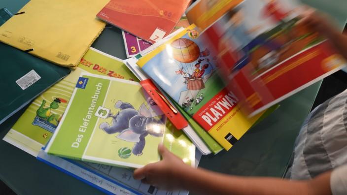 Schulbücher - wie viel sollten Schüler Zuhause lesen?