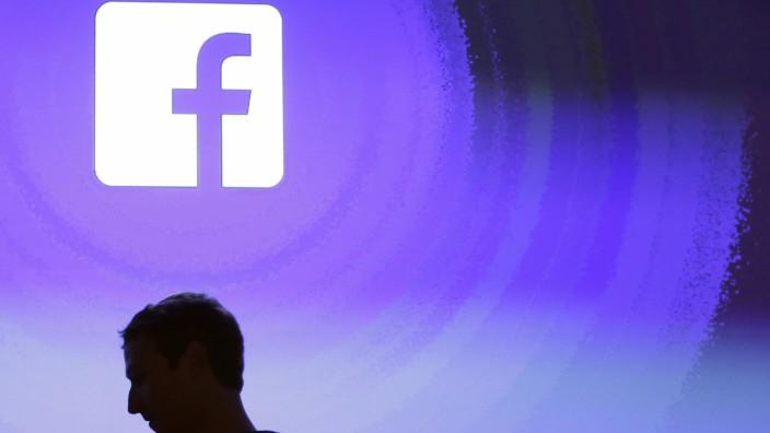 Mark Zuckerberg vor dem Facebook-Logo
