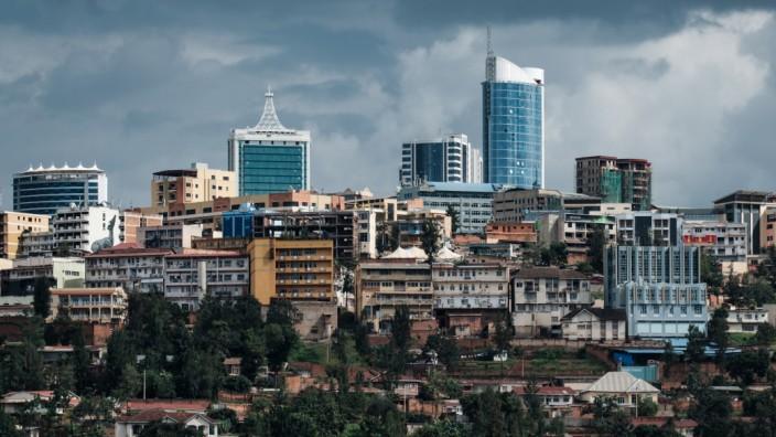 Ruanda: In Kigali zeigt sich Ruandas Erfolgsgeschichte: Die Straßen sind sauber, die Wolkenkratzer glänzen, und jeder Bürger muss regelmäßig sein Viertel aufräumen. Auf dem Land aber herrscht noch immer viel Armut.