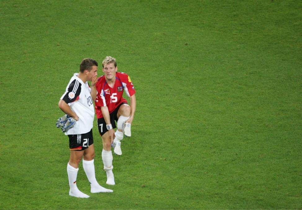 Fussball: EM 2004 in Portugal, GER-CZE; Schweinsteiger und Podolski nach der Niederlage gegen Tschechien bei der EM 2004.