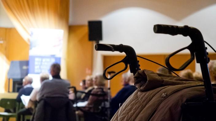 Seniorenwohnheim Altenheim Rollator Pflege Vaterstetten
