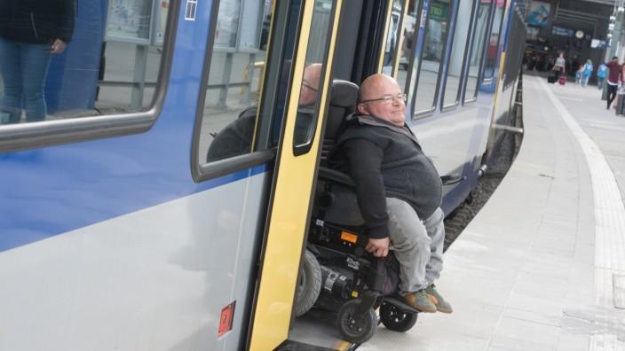 Hauptbahnhof: Oswald Utz, Behindertenbeauftragter der Stadt, testet die barrierefreien Bahnsteige am Hauptbahnhof.