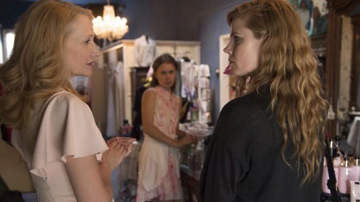 """""""Sharp Objects"""" auf Sky: Die Mutter (Patricia Clarkson, links) trägt ihr Trauma in die nächste Generation, ihre Töchter (Eliza Scanlen und Amy Adams) erzieht sie zur Schwäche."""