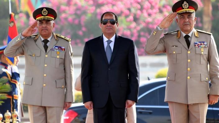 Kampf gegen Dissidenten: Kampf gegen Fake News? Ägyptens Präsident Abdel Fattah al-Sisi (Mitte) auf einer Gedenkveranstaltung.