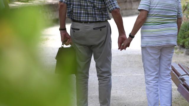 Älteres Paar im Kurpark