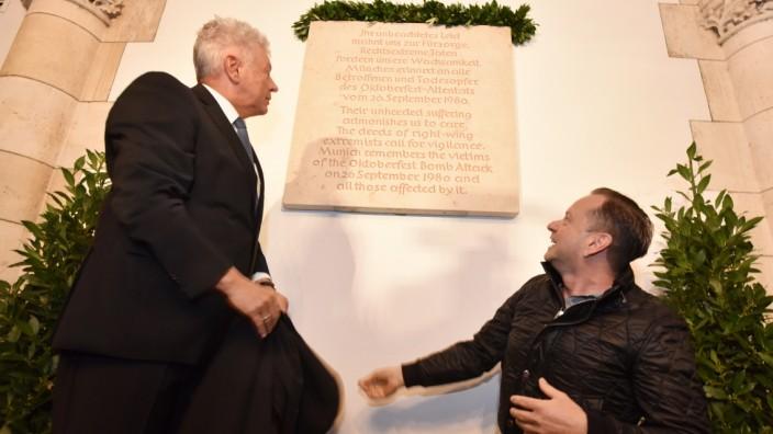 Gedenktafel zum Oktoberfest Attentat wird im Münchner Rathaus enthüllt.Hier OB Dieter Reiter gemeinsam mit Opfer des Attentates und Initiator für die Gedenktafel Dimitrios Lagkadinos.