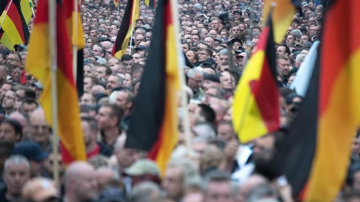 Teilnehmer einer Demonstration von AfD und Pegida in Chemnitz