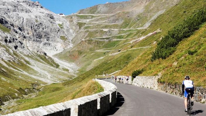 Mit dem Rad auf den Bergpass: Nur noch 15 Kehren bis zum Stilfser Joch - mindestens.