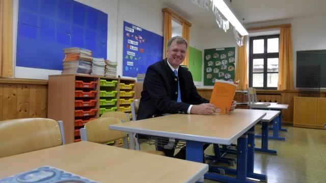 Erster Schultag: Blick zurück: Oberhachings Bürgermeister Stefan Schelle erinnert sich in seinem alten Klassenzimmer an seine Einschulung.