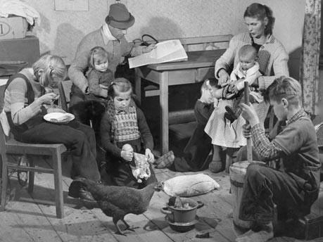 Sozial bedürftige Familie in der Nachkriegszeit, Foto: SV-Bilderdienst