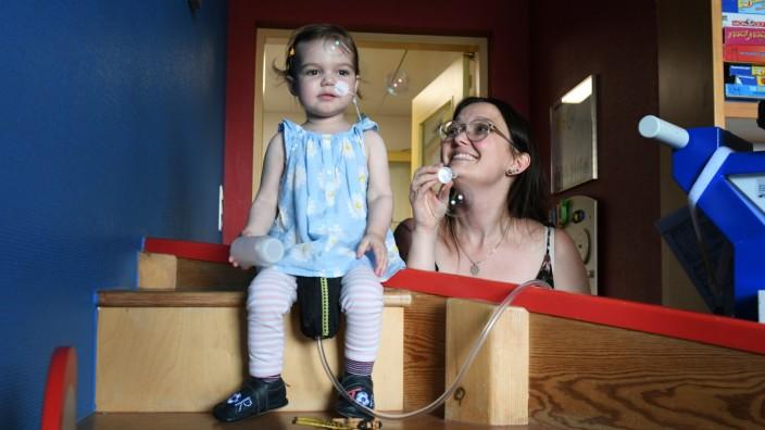 Organtransplantation: München, Klinikum Großhadern: Svea hat eine Maschine, die Blut aus ihrem Herzen saugt und es durch Schläuche wieder in ihren Körper pumpt.