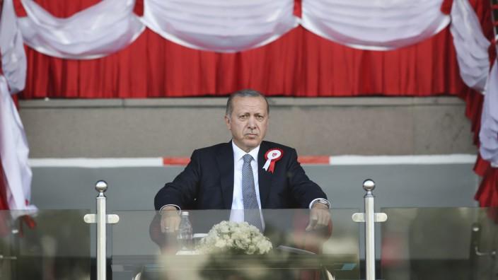 Terrorismus-Vorwürfe: Recep Tayyip Erdoğan bei einer Militärparade in Ankara Ende August. Für den Putschversuch im Juli 2016 macht der türkische Staat die Gülen-Bewegung verantwortlich.