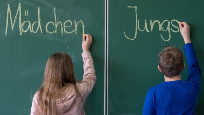Mädchen und Jungen in einer Schulklasse