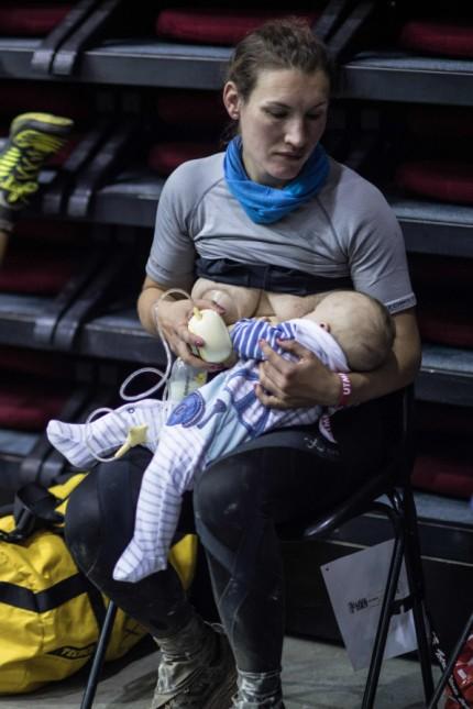 Ultramarathon-Läuferin: Die britische Läuferin Sophie Power stillt ihren Sohn während eines Berglaufs im August 2018.