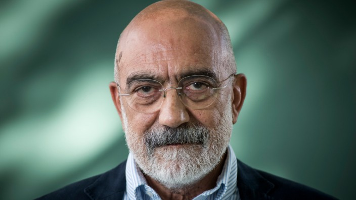 Ahmet Altan 2015 auf dem Edinburgh International Book Festival.
