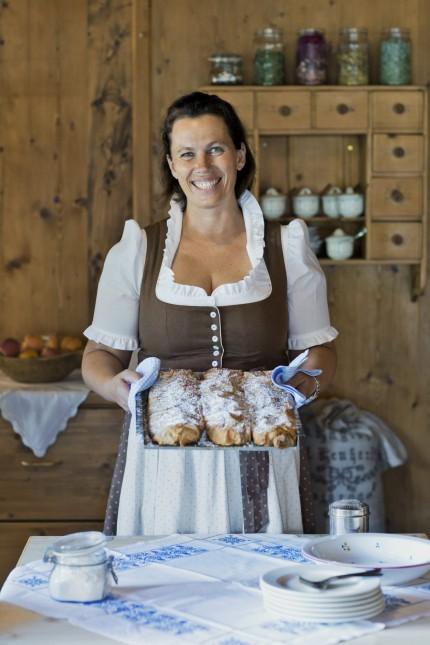 Essen und Trinken: Das Strudelbacken hat Susi Schafhuber perfektioniert. Nur zehn Minuten braucht sie für ein Exemplar.