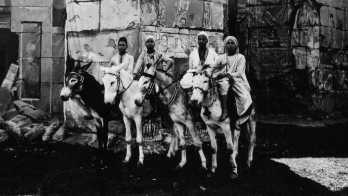 Beduinenreiter vor ägyptischer Kulisse auf der Theresienwiese, München 1901