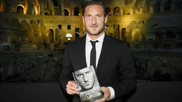Rom Francesco Totti stellt seine Biographie vor Francesco Totti presents his biography a Colosseo i