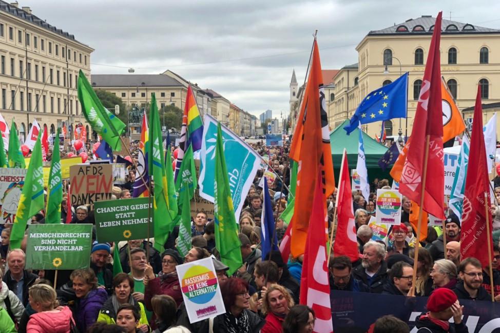 """Demonstration """"Jetzt gilt's"""" gegen Rassismus und Polizeiaufgabengesetz in München am Odeonsplatz"""
