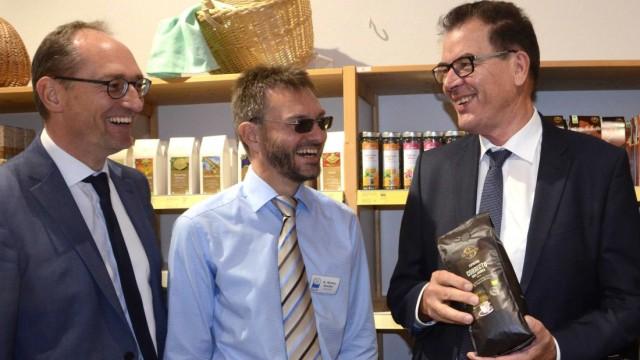 Gerd Müller in Haimhausen: Im Amperpettenbacher Fair-Handelshaus (von rechts) Bundesminister Gerd Müller (CSU), Geschäftsführer Markus Raschke und der Landtagsabgeordnete Bernhard Seidenath (CSU).