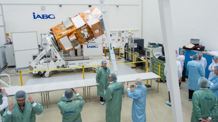 Besichtigung des Satelliten Sentinel-2A vor seinem Start