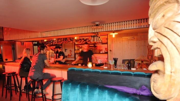 Crouching Tiger Bar: Wer sich in der Crouching Tiger Bar am Lenbachplatz ein bisschen Mut angetrunken hat, kann später noch auf die Bühne.