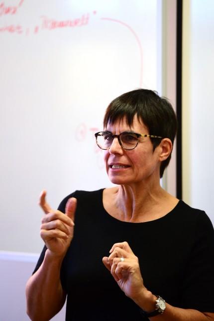 Au: Seit 2009 unterstützt die in Regensburg lebende Schriftstellerin Carola Kupfer solche Buchprojekte, wie sie es nennt, bei denen Schüler einen Plot ersinnen und diesen dann als Erzählung ausarbeiten.