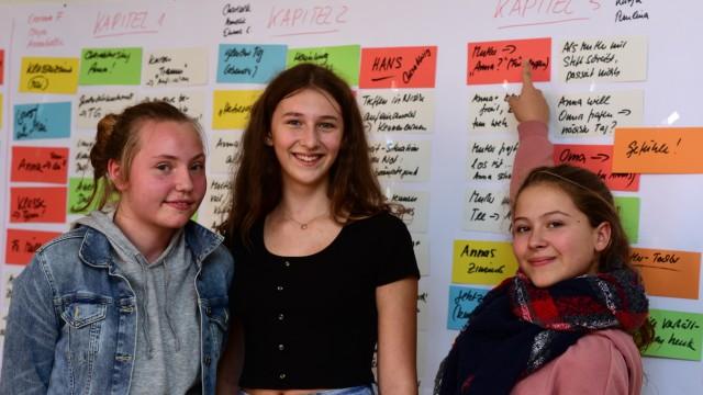 Au: Teamwork: Die Schülerinnen Emma, Helena und Hanna (von links) schreiben mit Hilfe von Carola Kupfer ein Buch über die Ordensschwester und Schulgründerin Theresia Gerhardinger.