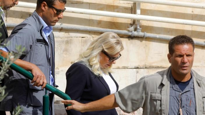 Israel: Sara Netanjahu, die Frau von Israels Regierungschef, am Sonntag vor dem Gerichtsgebäude in Jerusalem.