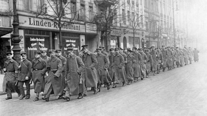 Freikorpssoldaten marschieren im Regierungsviertel, 1919