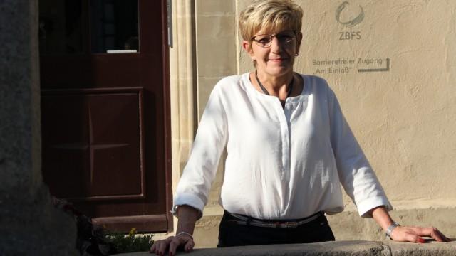 Rita Voit aus Georgenberg vor dem Zentrum Bayern Familie und Soziales in Kemnath