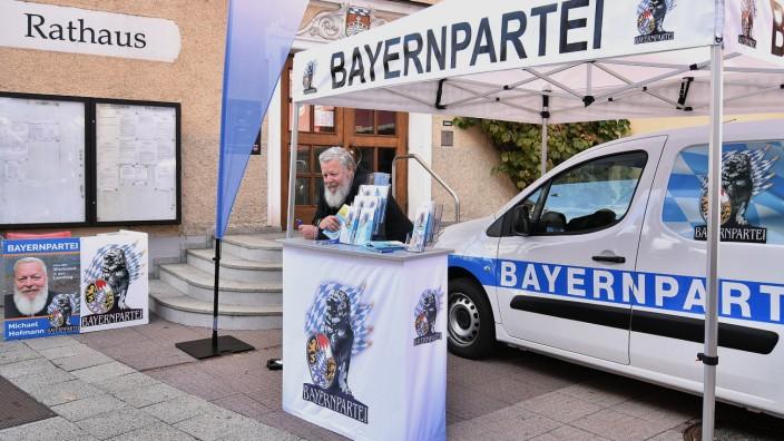 Michael Hofmann an einem Infostand der Bayernpartei bei der Landtagswahl 2018.
