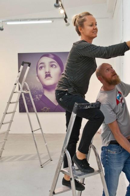 Vernissage am Freitag: Steff Ochs (auf der Leiter) und Frank Bayh bereiten ihre Ausstellung in der Alten Brennerei des Ebersberger Kunstvereins vor.