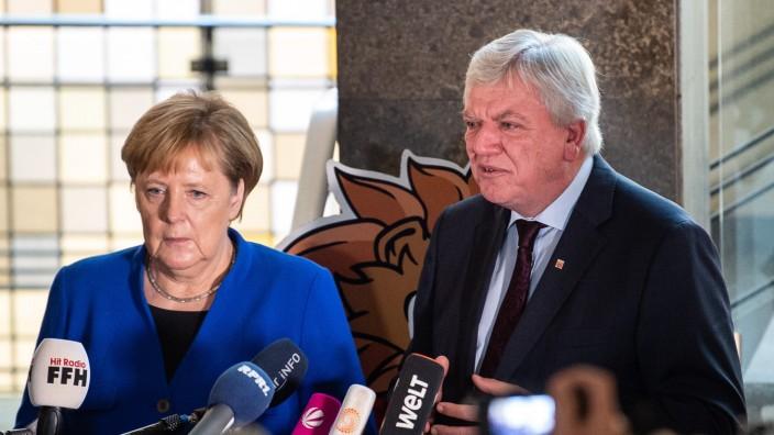 Bundeskanzlerin Angela Merkel besucht den hessischen Ministerpräsidenten Volker Bouffier.