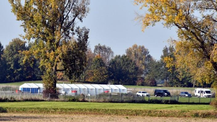 Warteraum Asyl: Vor dem Eingang zum Warteraum Asyl auf dem Gelände des Fliegerhorsts ist ein neues Zelt aufgestellt worden. Bei schlechtem Wetter können hier Familienangehörige auf ihre Verwandten warten, bis diese ihre Registrierung durch Bamf-Mitarbeiter hinter sich haben.