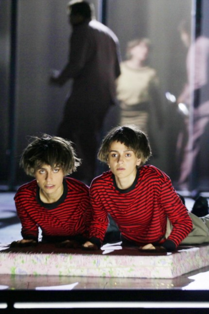 """Theater: """"Außer sich"""": Sesede Terziyan und Kenda Hmeidan als Zwillinge."""